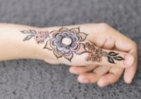 Henna Tattoo Farbe dm auf einer Hand